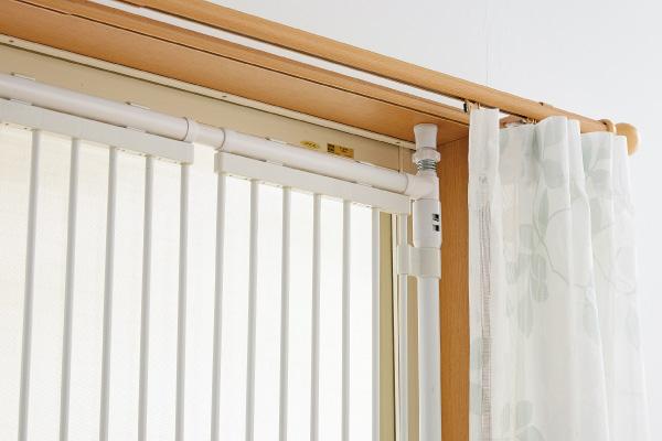 カーテンレールや網戸に干渉せず、窓の開閉が自由!