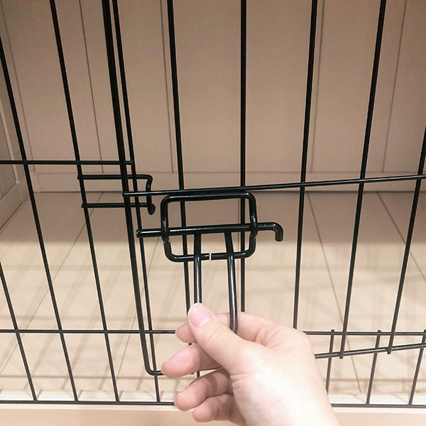 内側からは開きにくい、しっかり閉まる安心ドア。片手でも簡単!